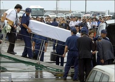 日方8月30日把装载遭俄罗斯枪杀的一名渔民遗体回国.