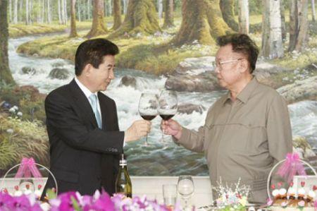 韩国总统卢武铉和朝鲜最高领导人金正日4日在平壤百花园迎宾馆签图片