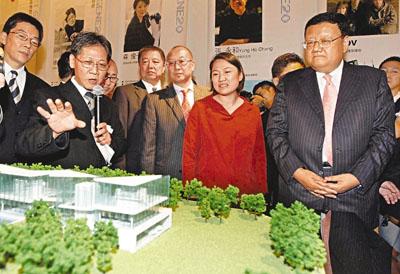 刘长乐(右一),张欣(右二),冯仑(右三)等大陆富豪昨日在台北内湖科学