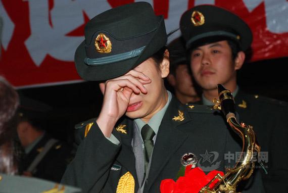 二炮女兵流下送别的泪.