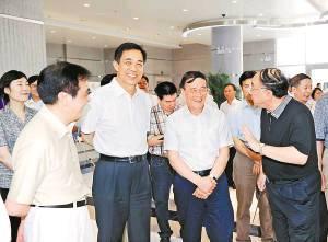 国务院副总理王岐山在市委书记薄熙来和市长黄奇帆等陪同下考察两路