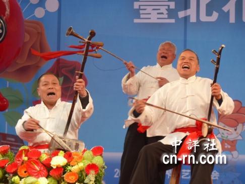 古老原始的乐器演奏出铿锵而悠远的旋律,有力地烘托着老腔的唱腔.