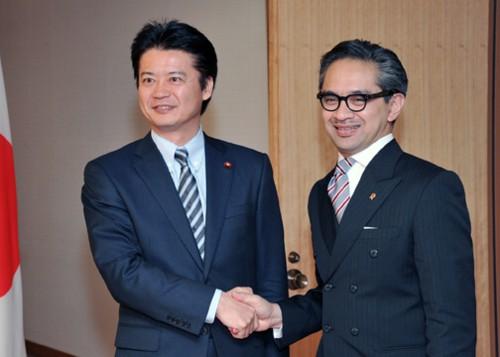日本外相玄叶光一郎(左)上月与印尼外长马蒂.