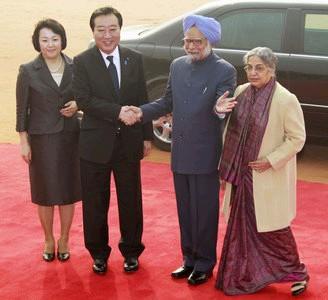 日本首相野田佳彦(左2)携夫人仁实12月28日抵达印度新德里,印度首相