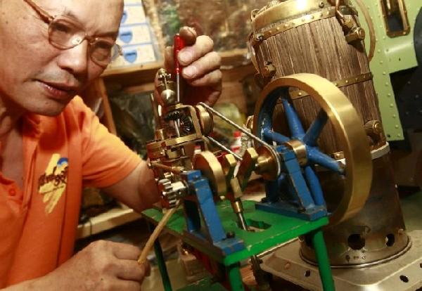 原理制造的小型蒸汽机(5月24日摄).新华社-陆继明 自制蒸汽小火