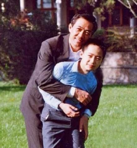 谷景生_1990年,光屁股的薄瓜瓜与爷爷薄一波(左)以及姥爷谷景生(右).