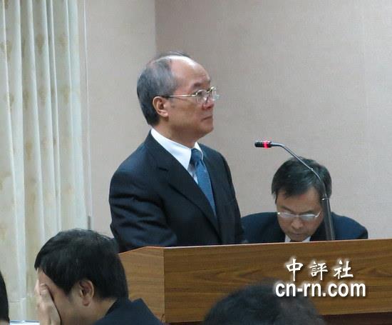 黄世铭今天被问到起诉后的心情,他说非常不服气.(中评社 黄筱筠摄)