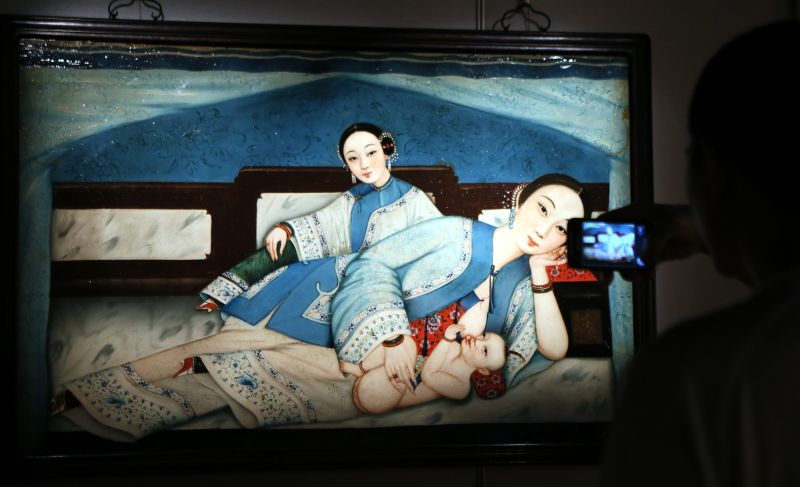 情色艺木中���-yol_4月15日,一位记者在香港苏富比艺术空间贝氏中国古代情色艺术珍藏展媒