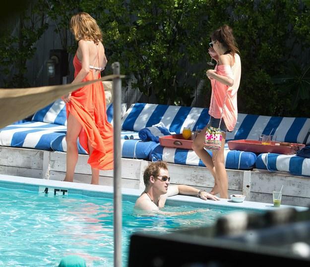 泳池疑偷看美女裙底