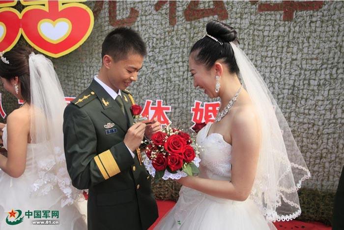 """解放军""""情人节"""":军营婚礼见证最美爱情 - 军心飞扬 - 军心飞扬"""