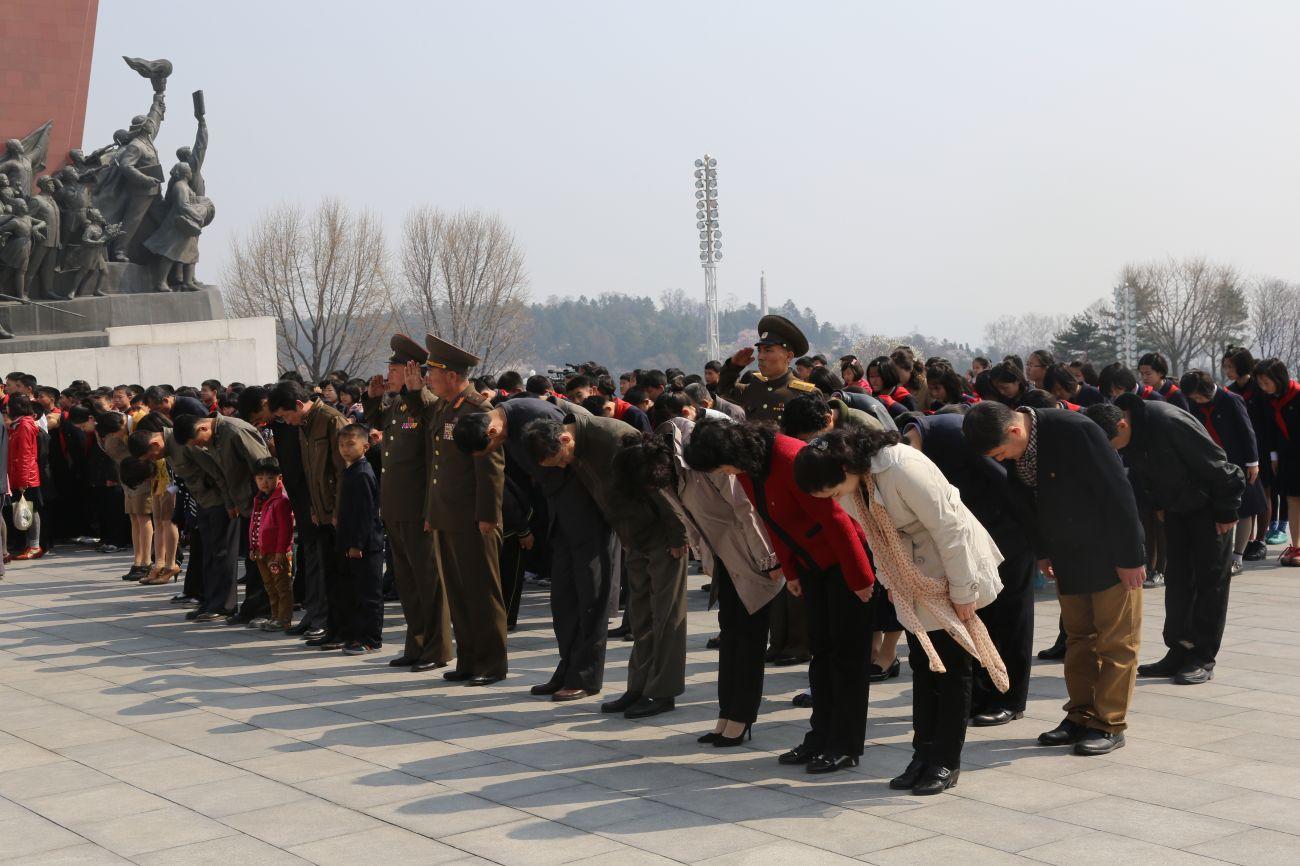 朝鲜和�yf�_4月15日,在朝鲜首都平壤万寿台,朝鲜军人和民众在金日成和金正日的