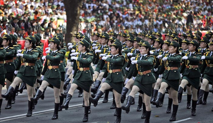 中国评论新闻:越南举行阅兵游行 女兵方队亮眼