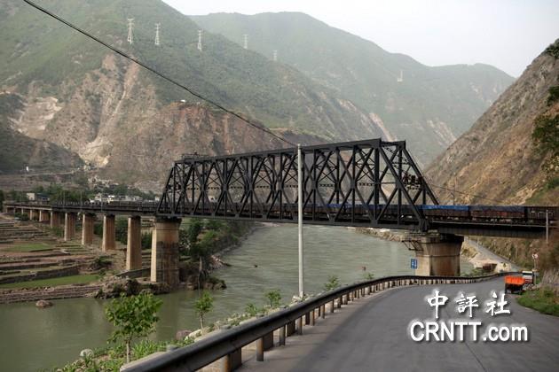四川乐西公路沿着经过四川到云南的成渝铁路大铁桥.(中评社 林谷隆图片