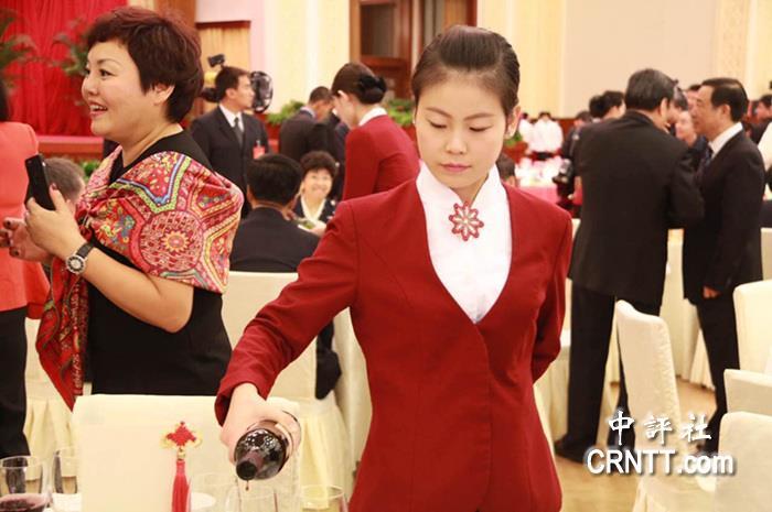 国宴�9ce_国宴上的美女服务员(中评社 王秀中摄)