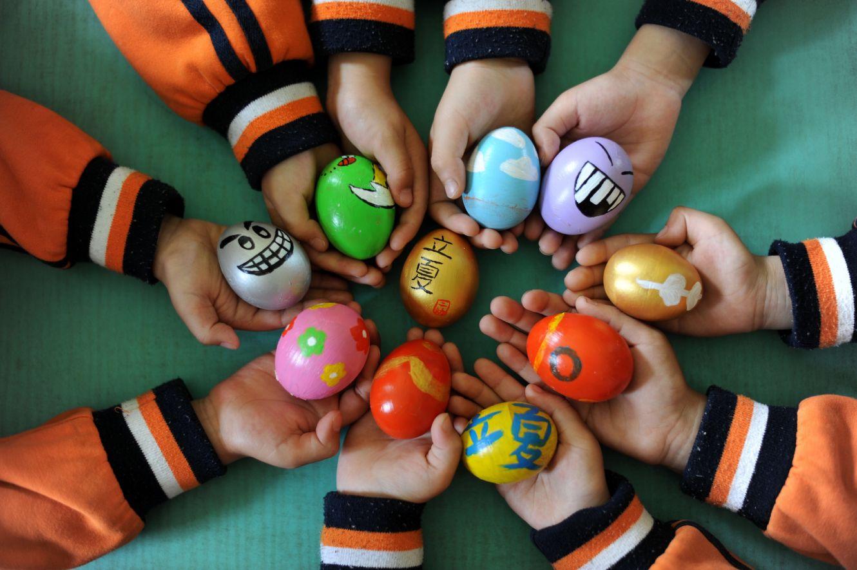 5月4日,邢台市桥东区第二幼儿园的小朋友在展示手绘彩蛋.新华社图片