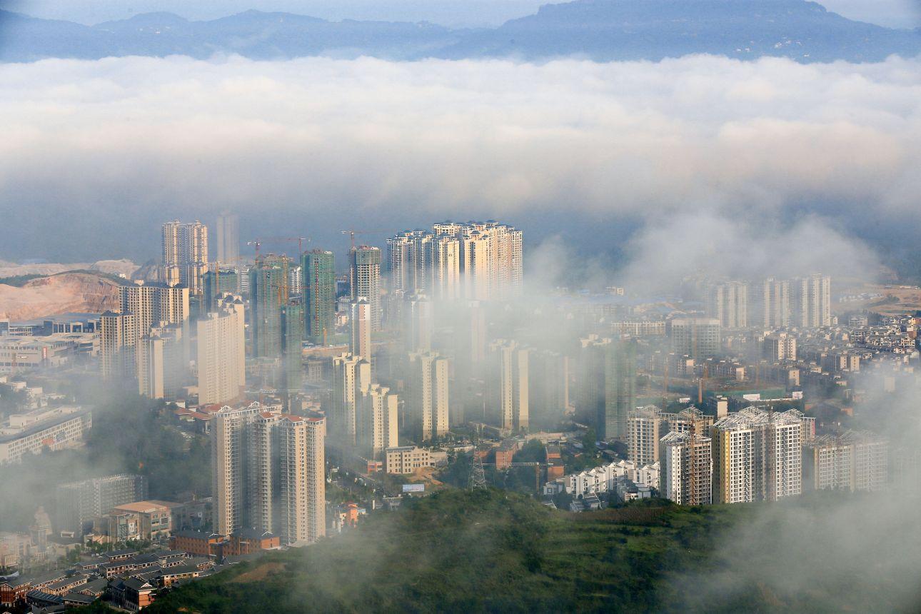 21日在贵州省凯里市小高山拍摄的平流雾景观.新华社-中国评论新闻