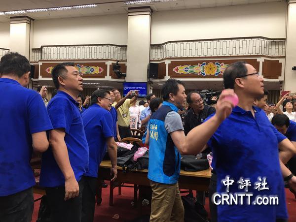 """议主席宣布宣读提案,国民党""""立委""""抗议丢水球舞狮.清远英东改用图片"""