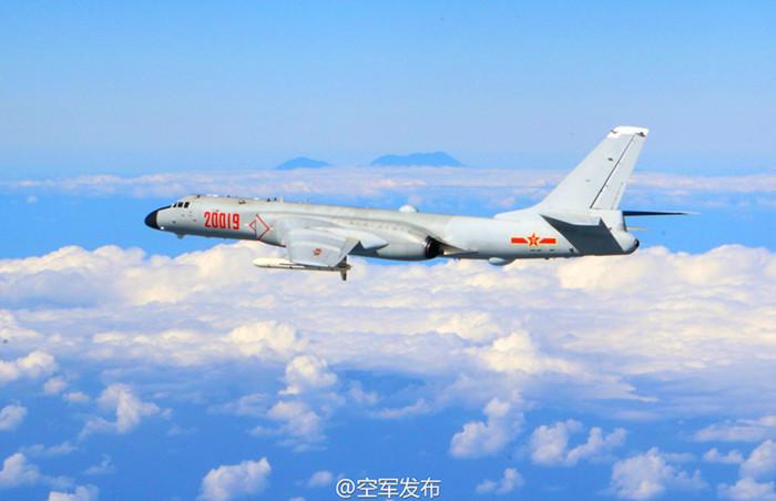 解放军空军发布的轰六飞行照片 取自微博图片