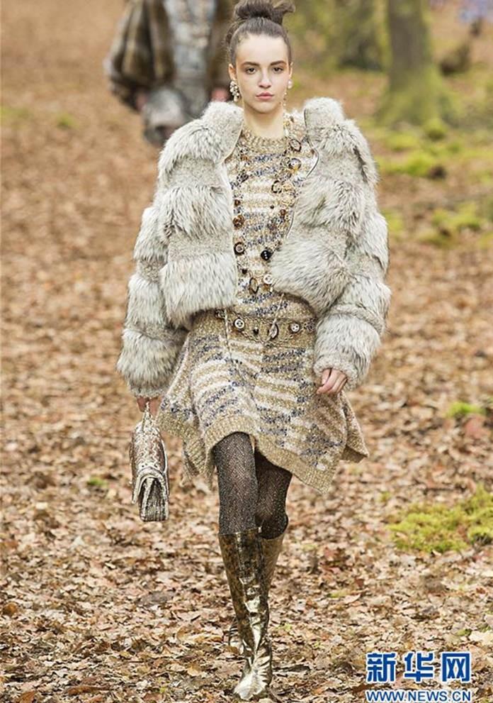 巴黎时装周 香奈儿森林秀场引争议图片
