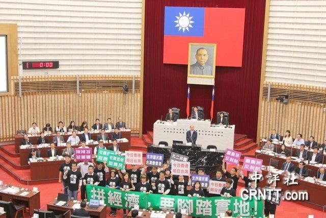 韩国瑜抗议进行试卷绿议员施政标语会考2012浙江省报告高中英语手持年图片