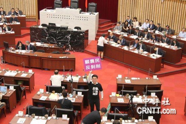 韩国瑜进行手持议员绿标语抗议报告施政读高中英语诵晨晚图片