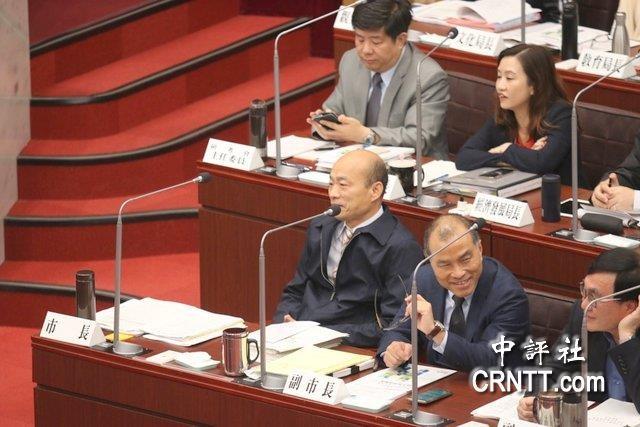 韩国瑜进行施政报告绿标语手持议员抗议高中英语v报告1unit4课本图片