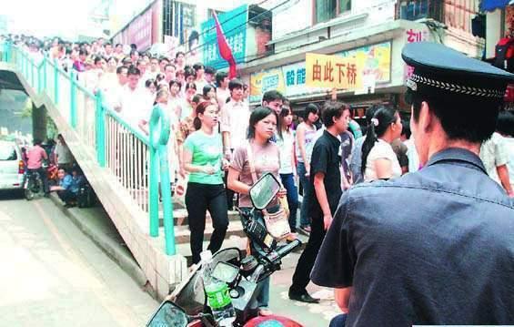 国庆节广州市白云区新市街天桥上行人接踵摩肩