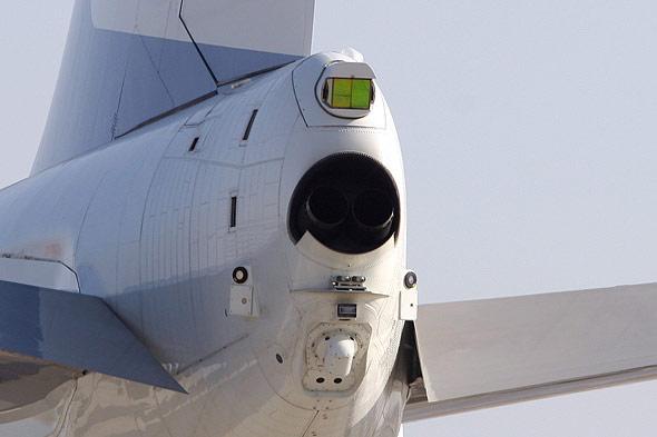 但专家分析,空军一号装备的反导防御系统,应与一些军用飞机上安装的