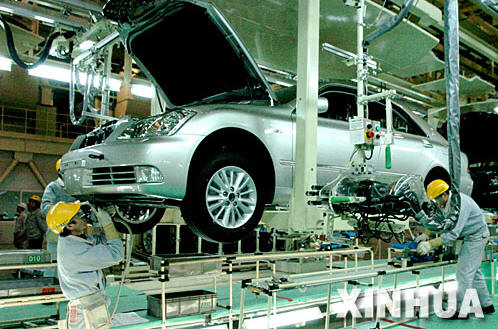天津一汽丰田第二工厂总装生产线的员工在皇冠轿车生产线上装配汽车.