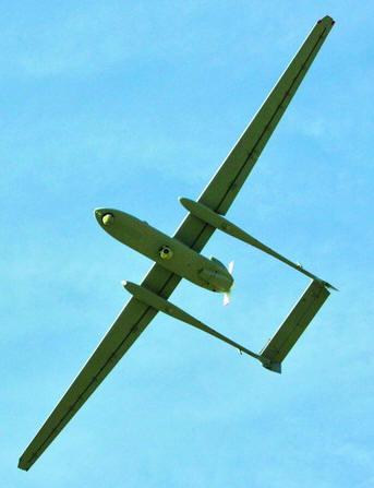 """以新一代远程无人飞机""""苍鹭""""在空中飞行."""