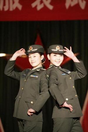 区靓丽女兵展示07式新军服图片