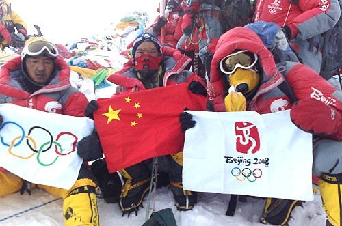 中国登山队员在珠峰顶展示中国国旗,奥运五环旗.