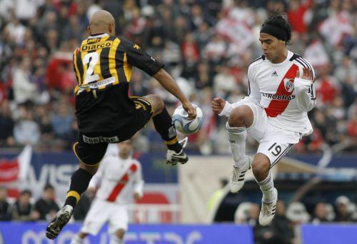 6月8日,阿根廷河床队球员法尔孔·加西亚(右)与奥林波队球员马蒂亚斯