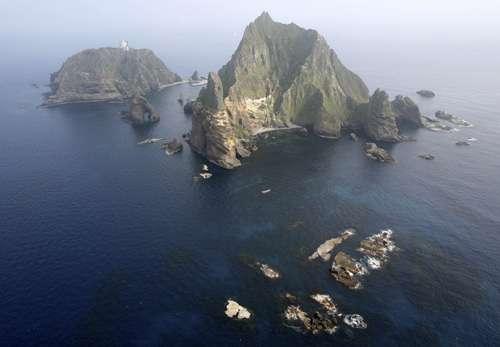 韩日两国都宣称对该岛拥有主权,目前韩国实际控制这一岛屿,韩国一些