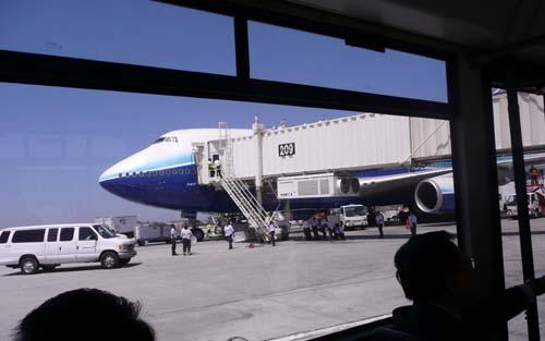华航ci006飞机降落在美国洛杉矶国际机场