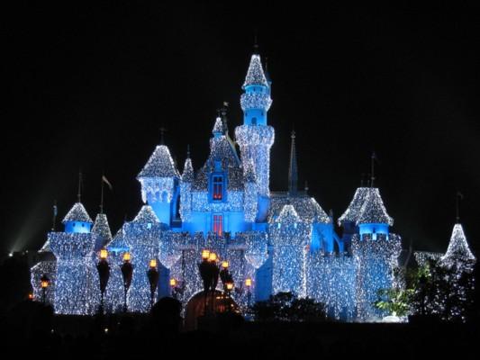 图为披上圣诞新装的香港迪士尼乐园.(资料图片)