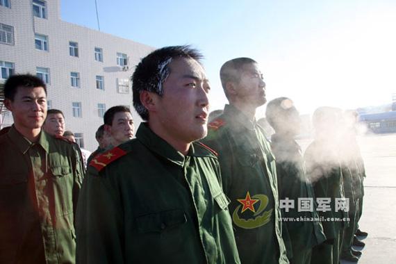 新疆武警部队苦练体能 锤炼战力图片
