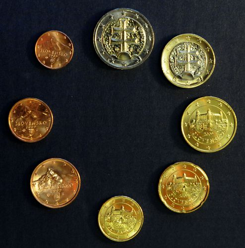 图为全套斯洛伐克版欧元硬币.欧元区各国流通的纸币是统一式样,图片