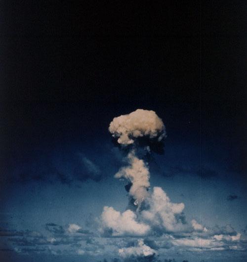 上午8时59分许,b-29轰炸机投下原子弹,45秒后,这颗威力相当於2.