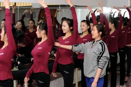 """12月2日,青岛东方丽人模特学校老师李静在指导即将参加""""模特艺考""""的"""