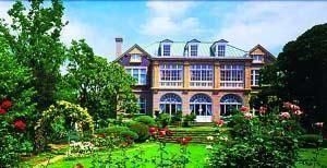 鸠山会馆外观气派,户外还有风雅的日式庭院