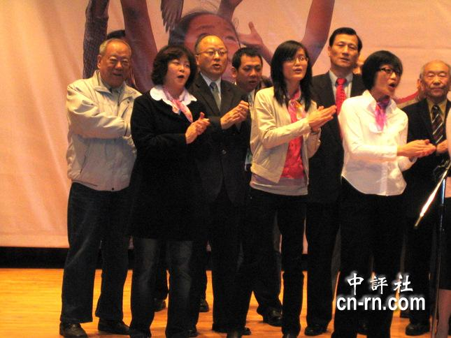 笔名范兰钦的郭冠英(左三)和论坛召集代表们齐聚合唱《我们都是一家人