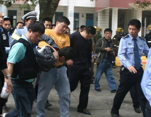 图为犯罪嫌疑人被迅速出警的公安民警制服.新华社发
