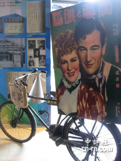 """""""跑片"""",就是骑著自行车后座放著电影的手绘海报箱,箱子里头"""