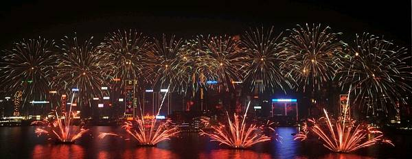 中評社香港2月4日電/2月4日大年初二晚,3.18萬餘枚煙花在維多利亞港長達一公里的海面上綻放,煙花數量和銀幕寬度均創香港歷年新春煙花匯演之冠,吸引了數十萬觀眾翹首觀看。   辛卯年農曆新年煙花匯演當晚8時在維多利亞港舉行,今年規模更勝以往。煙花匯演歷時23分,以煙花賀歲慶團圓,百川匯海共發展為主題,共分恭喜發財、金兔迎春、椰風海韻、和諧共享、愛在香港、喜慶團圓、銀花耀港及瑞氣呈祥8幕。   匯演以極具傳統色彩的恭喜發財拉開帷幕,在喜氣洋洋的賀年歌曲中,8
