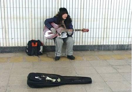 在地下道里唱歌时的