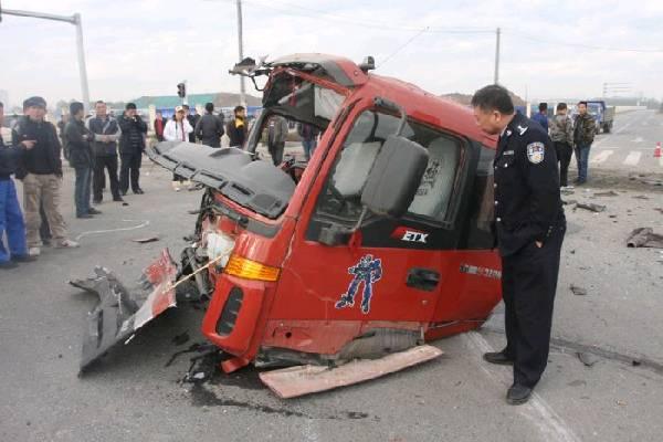 哈尔滨两辆自卸车相撞 车体成两截(组图)