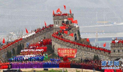 """资料图片:重庆洋人街风景区""""长城""""景点举行千人红歌会."""