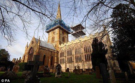 莎士比亚的遗体被埋葬在他故乡的一个教区教堂里,即埃文河畔斯特拉特