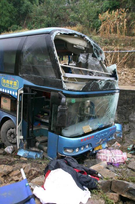 西南出海大通道贵州境内遵崇高速公路发生一起大客车翻车事故,已